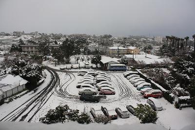 雪にすっぽりおおわれた駐車場