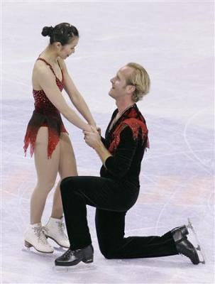 2008年1月。ペアのフリー演技直後、パートナーの井上怜奈(左)に求婚するジョン・ボルドウィン