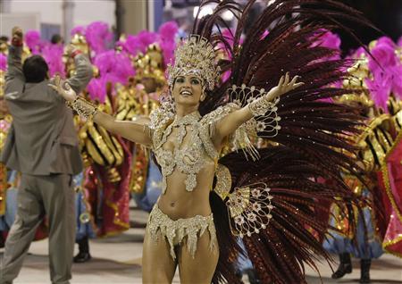 南米最大の夏の祭典、ブラジル・リオデジャネイロのカーニバルは14日夜(日本時間15日午前)、市中心街のサンバパレード専用会場「サンボドロモ」で、優勝を競う精鋭12チームによるあでやかなサンバの行進が始まり、祭りは最高潮を迎えた。