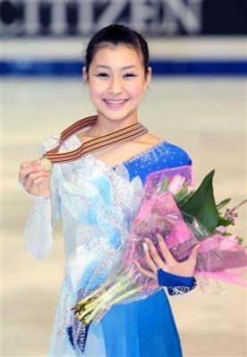 フィギュアスケート世界ジュニア選手権で優勝し、笑顔でメダルを手にする村上佳菜子
