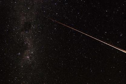 大気圏に突入した小惑星探査機「はやぶさ」のカプセルの光跡=13日午後11時22分ごろ、オーストラリア南部ウーメラ付近
