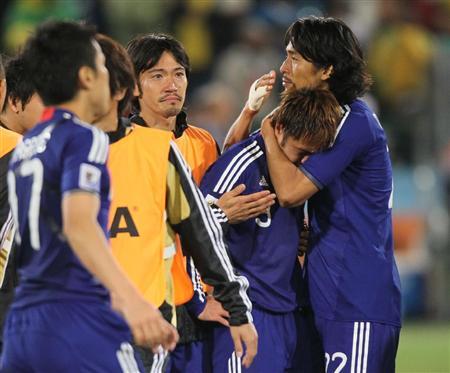 PK戦の末敗れ、肩を落とすイレブン。中沢佑二(右)が駒野友一を抱きかかえた