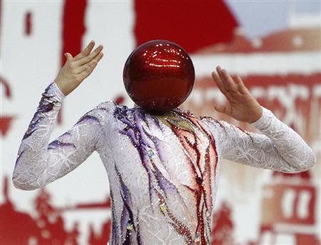 頭がボールに見えるようになるまで、大きく反っているのはイスラエルの選手。モスクワで開かれたリズム体操の世界選手権の一こま