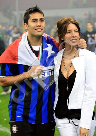 Luis-Jimenez-celebrates-with-wife-0000021114.jpg