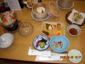 1日目の夕食(お刺身、煮物、ご飯、味噌汁、デザート除く)
