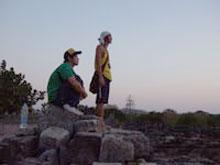 自然と夕日を眺める、ヤスとredbull君 絵になるねぇ