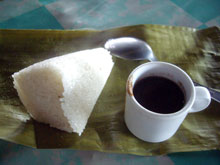 フィリピンの朝食1例。名前聞き忘れたー、味は想像通り。