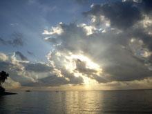 朝日!雲が有るから神秘的な輝き、素晴らしい夜明けだ