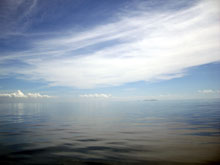 波が無い海は気持ち悪い、でも潜ってみたい気も・・
