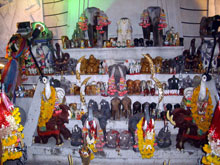 象の形した供え物だらけ、仏様ぢゃなくてもお祈りするのね