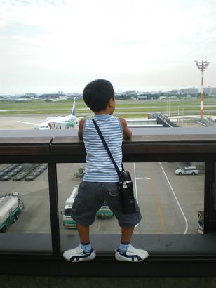 おサルのジョージ、飛行機を見る