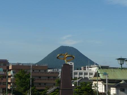 坂出駅から見た飯野山