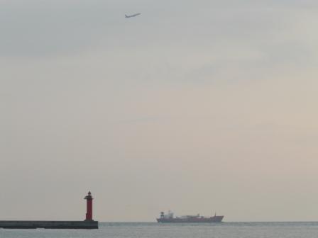 灯台と船と飛行機