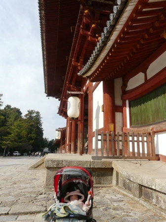東大寺 中門のそばで