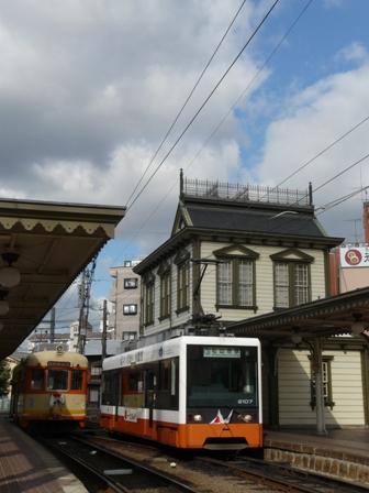 道後温泉駅と路面電車