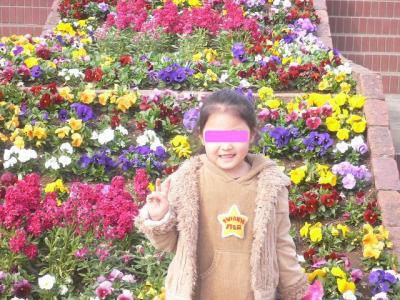 花壇前でのAちゃん