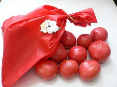 トマトとかわいい袋に入ったプレゼント