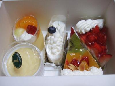 お見舞いにいただいたブレーメンのケーキ(5個もあるよ…)