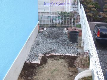 裏庭に砂利を敷きました。