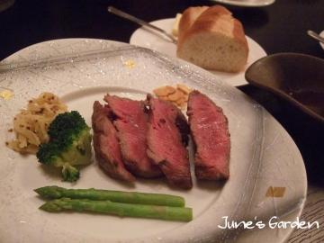 メインの牛ステーキ