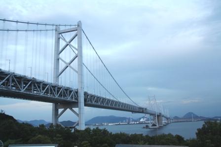 与島から瀬戸大橋を望む