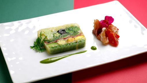 野菜のテリーヌ 緑のキャンバス見立て 生ハムとプチトマトの燻製のサラダ添え