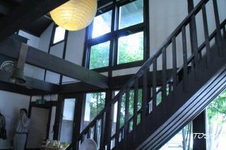 2階サロンへの階段