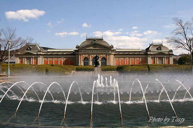 噴水と博物館本館