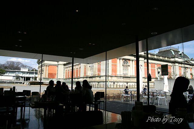 喫茶室から見た本館