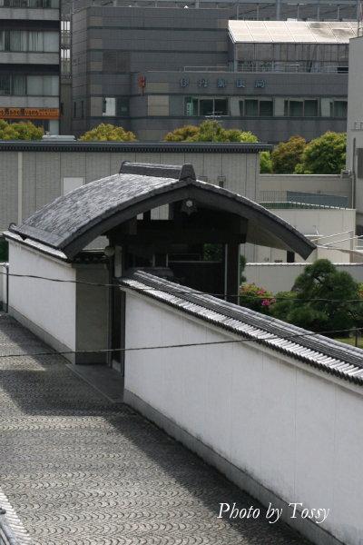 小西酒造の屋根つき門