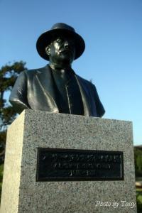 グルーム氏の像