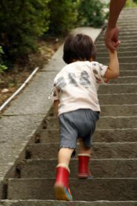 石段を登る子供