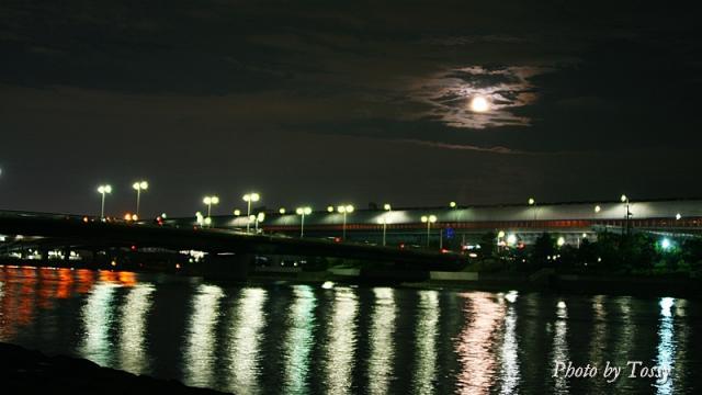 十六夜の月ときらめく海面