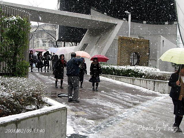 雪の中 下校する生徒たち
