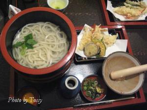 手打ちうどんの湯だめと天ぷら