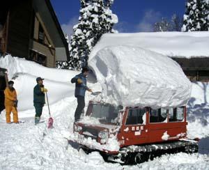 辛そうな雪上車