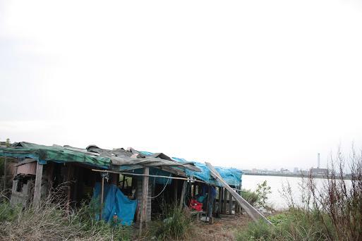 河川敷の小屋