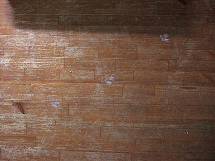 傷だらけの床
