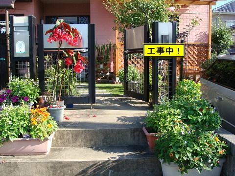 門の前の花たち