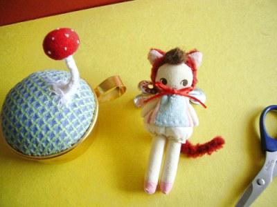 きのこの針山と猫人形