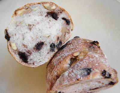 20080203ナッツとチョコチップのずんぐりパン断面1