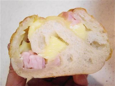 20080207角切りベーコンと角切りチーズのパン断面
