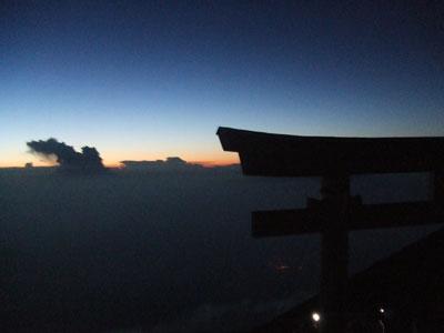 富士山 鳥居と地平線 夜明け前