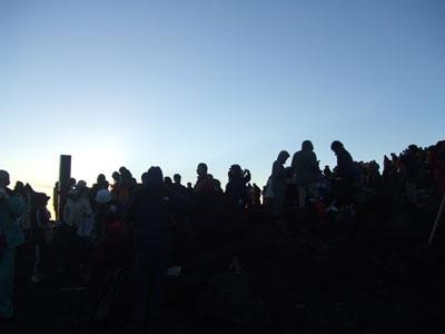 富士山頂 御来光を鑑賞する人々