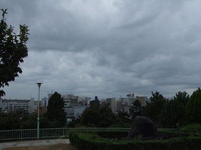 秋の曇り空の西郷山公園