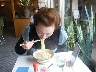 母、食べる。
