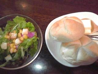 ミニサラダとパン。