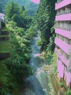 佐梨川が流れています