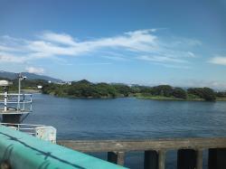 青空と川です。