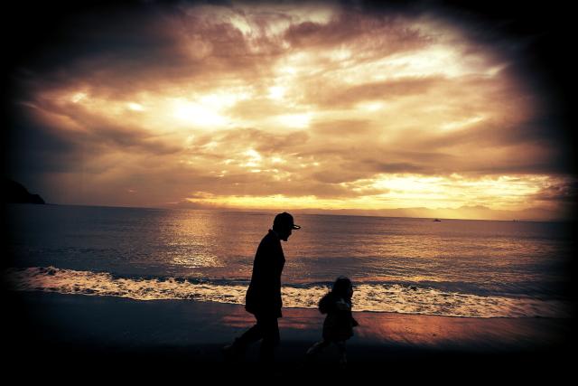 海辺の親子。